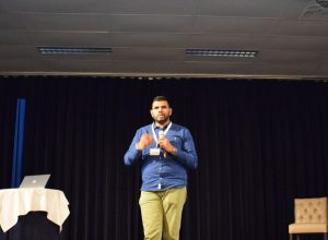 sooradj chhattargun close up op het podium